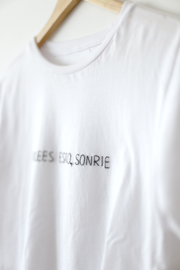 polera-camiseta-bordada-frase-shirt-embroidery-sonrie-smile
